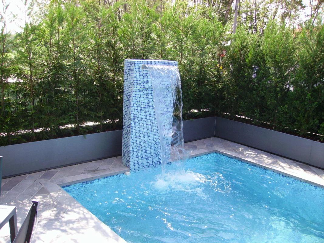 Piscina privata con cascata nord piscine for Piscina con cascata